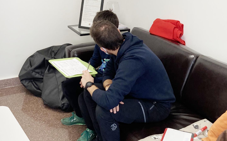 Profesor de Osotu realizado la coevaluación con un alumno